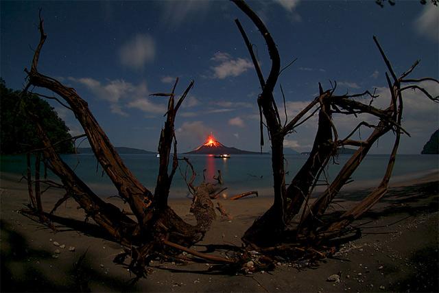Krakatoa-Volcano-Erupting
