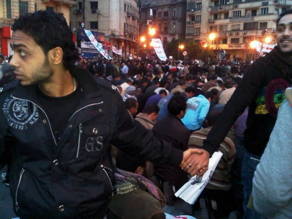 Χριστιανοί προστατεύουν Μουσουλμάνους που προσεύχονται στο Κάιρο
