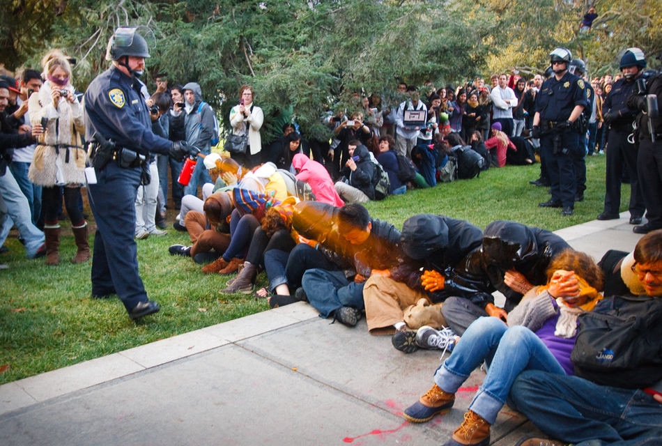 """Αστυνομικός ρίχνει σπρέι πιπεριού σε μαθητές κατά την διάρκεια εκδήλωσης διαμαρτυρίας '""""Occupy UCD""""'"""