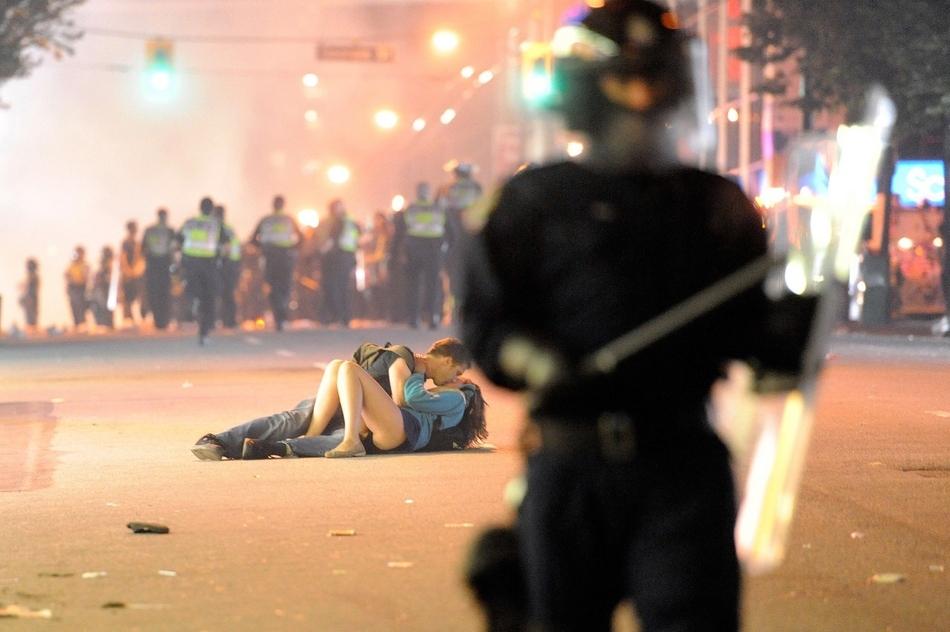 O Αυστραλός Scott Jones φιλάει την Καναδέζα φίλη του Alex Thomas, αφότου χτυπήθηκε από έναν αστυνομικός κατά την διάρκεια ταραχών στον Καναδά