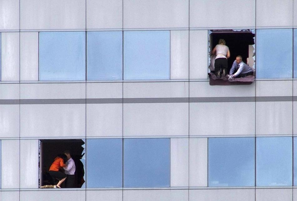 Υπάλληλοι γραφείου αναζητούν διέξοδο από ένα ψηλό κτίριο στη Νέα Ζηλανδία στις 22 Φεβρουαρίου. Ένας ισχυρός σεισμός σκότωσε τουλάχιστον 180 ανθρώπους.