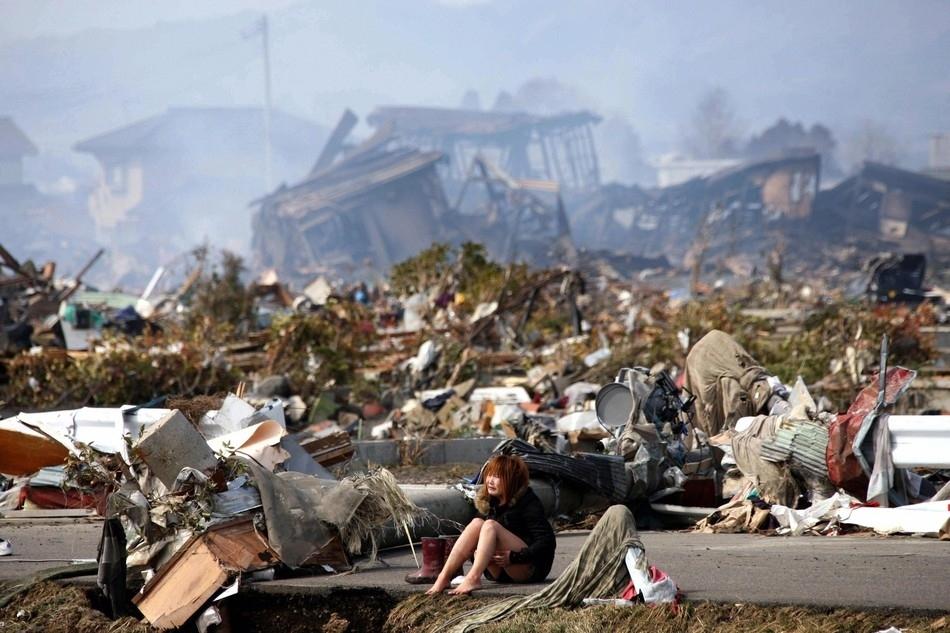 Γυναίκα κλαίει μετά το τσουνάμι στην Ιαπωνία
