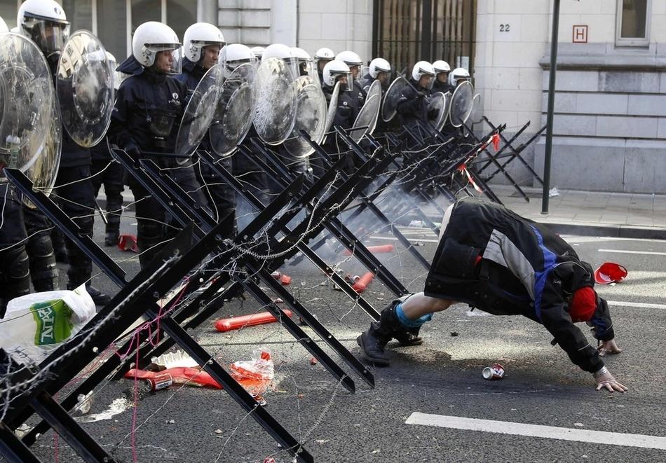 Διαδηλωτής κατά τη διάρκεια μιας διαμαρτυρίας στις Βρυξέλλες (24 Μαρτίου) Η διαδήλωση έγινε από Ευρωπαίους εργαζόμενους και εκπροσώπους των συνδικαλιστικών οργανώσεων, που απαιτούσαν μεγαλύτερη προστασία της απασχόλησης στις χώρες της Ευρωπαϊκής Ένωσης.