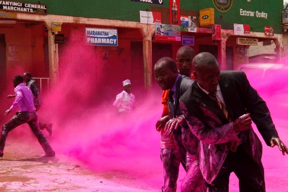 Η αστυνομία ρίχνει σπρέι με χρωματιστό νερό κατά τη διάρκεια διαδηλώσεων στην πρωτεύουσα Καμπάλα