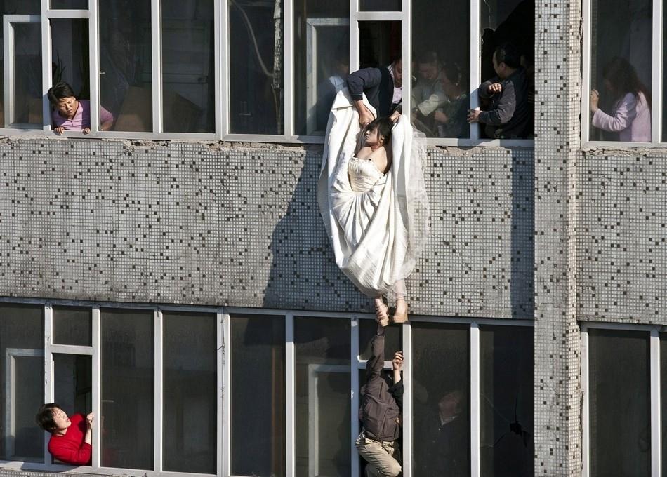 Νύφη στην Κίνα αποπειράται να αυτοκτονήσει όταν ματαιώθηκε ο γάμος της.
