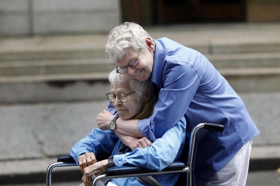 Το πρώτο ζευγάρι ομοφυλόφιλων που παντρεύτηκαν στο δημαρχείο του Manhattan