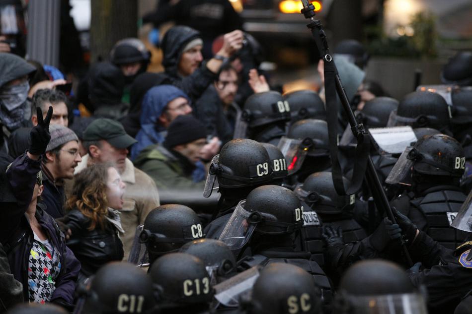 Διαδηλωτής ψεκάζεται με σπρέι πιπεριού στην διαδήλωση 'Occupy Portland'
