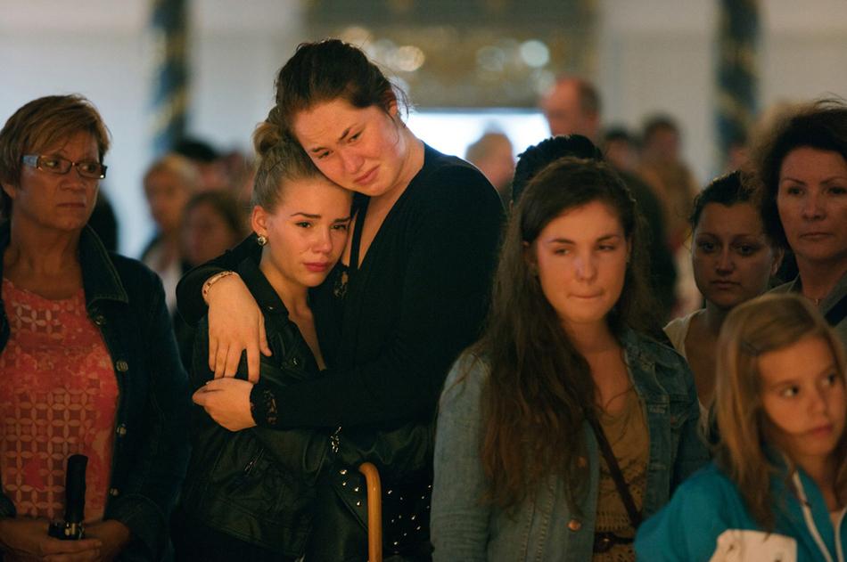 Φίλοι και αγαπημένα πρόσωπα μαζεύτηκαν στο καθεδρικό ναό του Όσλο για να θρηνήσουν τα 93 τα θύματα που σκοτώθηκαν στη διπλή τρομοκρατική επίθεση στο κέντρο του Όσλο στις 22 Ιουλίου.