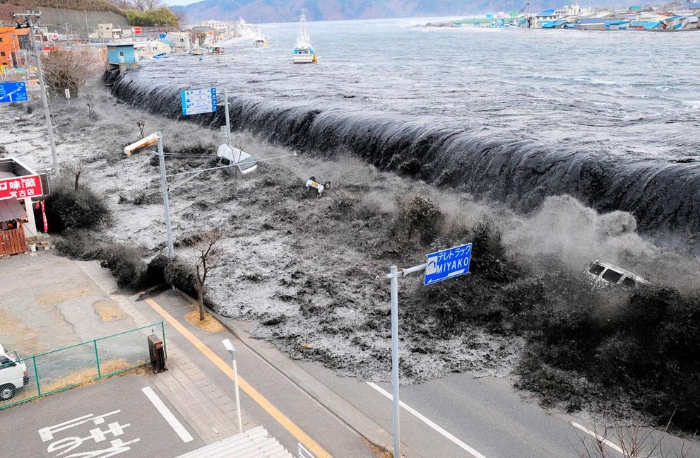 Κύμα πλησιάζει την πόλη Miyako μετά τον σεισμό 9 ρίχτερ