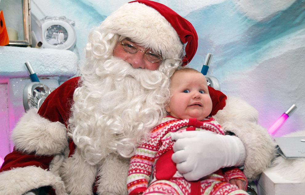 Η Olivia Ruch, 7 μηνών με μια ματιά ανησυχίας στο πρόσωπό της, κάθεται στην αγκαλιά του Αϊ-Βασίλη σε πολυκατάστημα του Λονδίνου στην Αγγλία