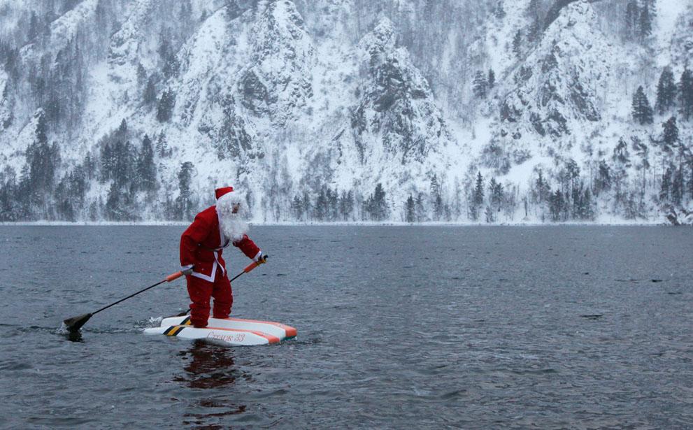 Ο Νικολάι Βασίλιεφ ντυμένος Άγιος Βασίλης κατά μήκος του ποταμού Yenisei στη Σιβηρία