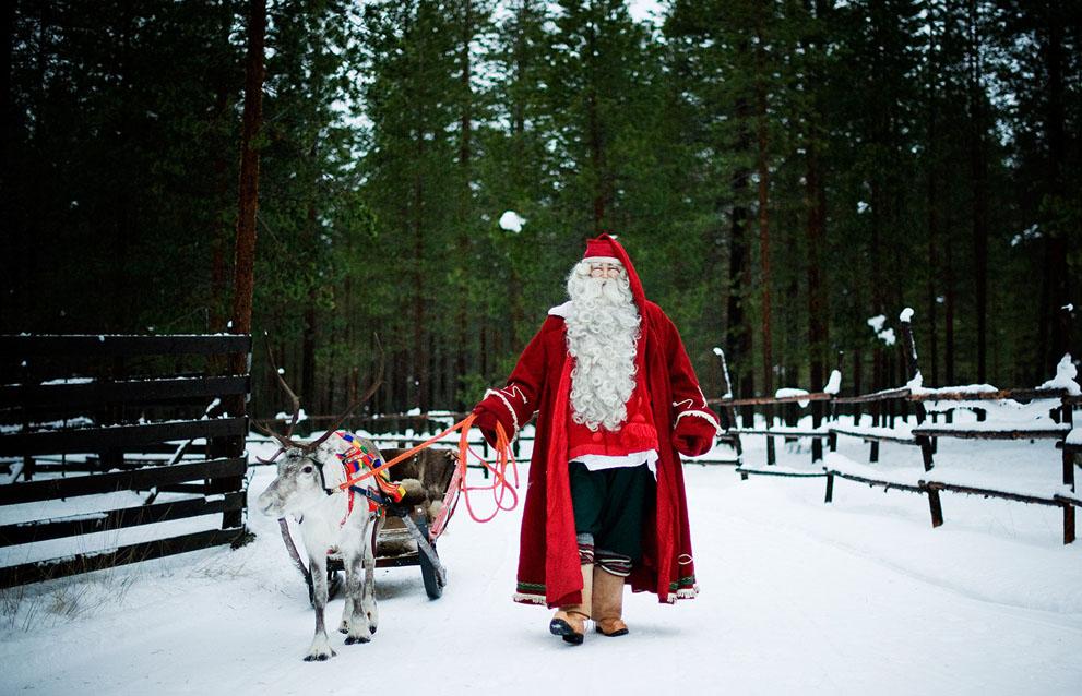 Ο Άγιος Βασίλης ετοιμάζει έναν τάρανδο και το έλκηθρο στο Σάντα Παρκ κοντά στο Ροβανιέμι, στη Λαπωνία