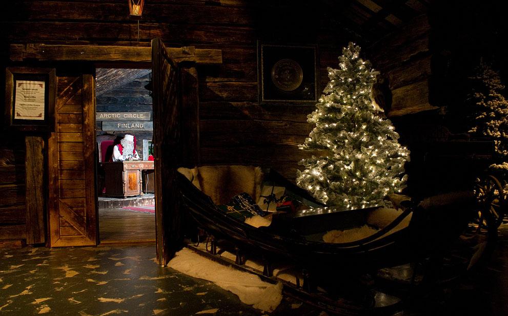 Ο Άγιος Βασίλης κάθεται στο γραφείο του στο γραφείο του έξω από το Ροβανιέμι, φινλανδική Λαπωνία