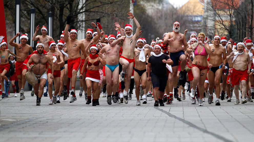 """άνθρωποι παίρνουν μέρος σε ένα ημίγυμνο αγώνα """"τρέξε ΑηΒασίλη» στη Βουδαπέστη της Ουγγαρίας,"""
