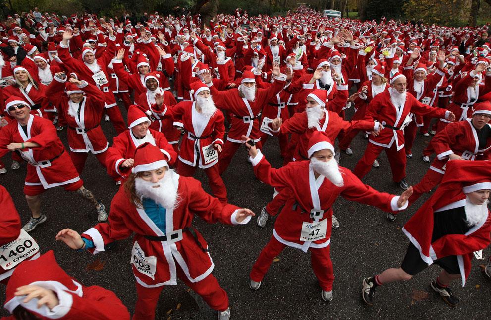 1600 δρομείς ντυμένοι Άγιος Βασίλης κάνουν ζέσταμα για αγώνα αφιερωμένο στα άτομα με αναπηρία στο Battersea Park του  Λονδίνου