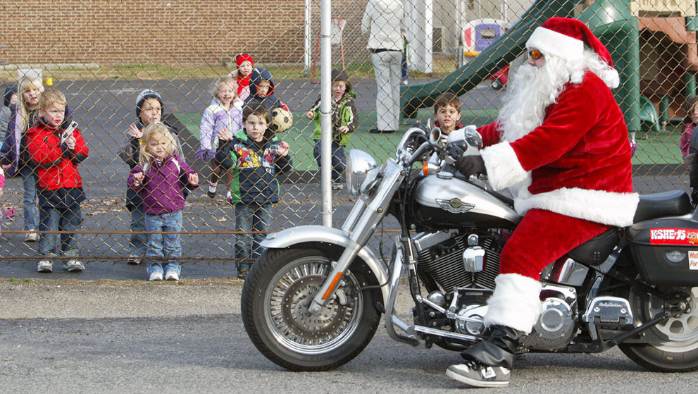 Ο Uriah Cole κάνει βόλτες με μια μοτοσικλέτα Harley Davidson ντυμένος Άγιος Βασίλης  στο  Illinois των ΗΠΑ