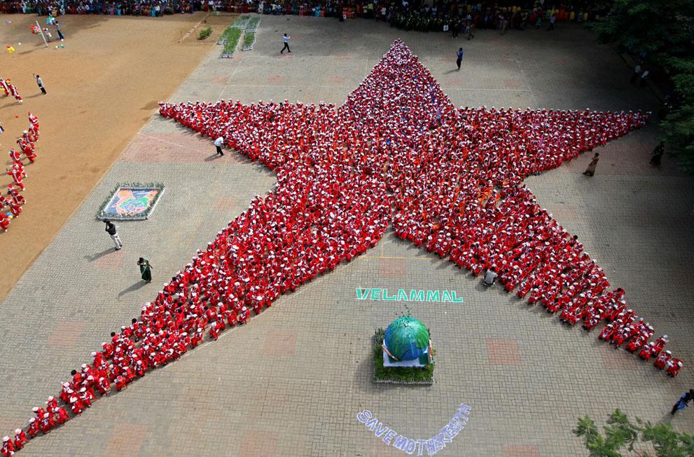 Περίπου 1.500 μαθητές ντυμένοι Άγιος Βασίλης σχηματίζουν το σχήμα ενός αστεριού σε ένα σχολείο στη νότια ινδική πόλη Chennai  σε μια προσπάθεια να πάρουν μια θέση στο Βιβλίο Ρεκόρ Γκίνες