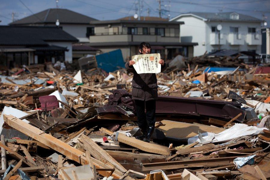 Πρώτο                                                            βραβείο -                                                            Άνθρωποι στα                                                            Νέα'. Μια                                                            γυναίκα                                                            βρίσκει στα                                                              χαλάσματα,                                                            μετά το                                                            τσουνάμι, το                                                            πτυχίο της                                                            κόρης της