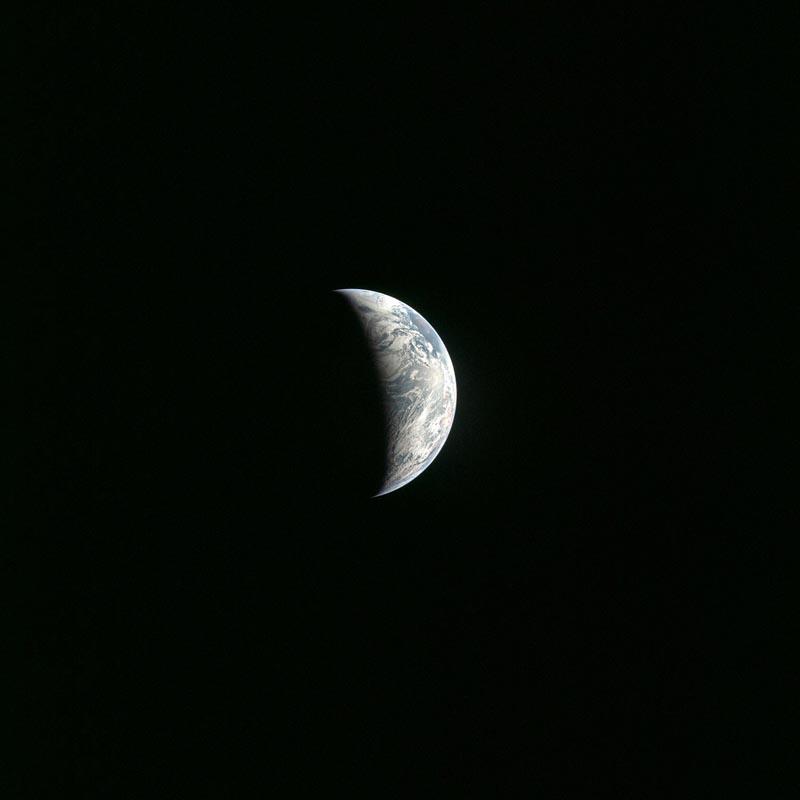Η εικόνα ελήφθησε το 1969 κατά τη διάρκεια της αποστολής του Apollo 11 . Βλέπουμε την διαχωρίζουσα (terminator) - τη γραμμή που διαχωρίζει τη μέρα από τη νύχτα.