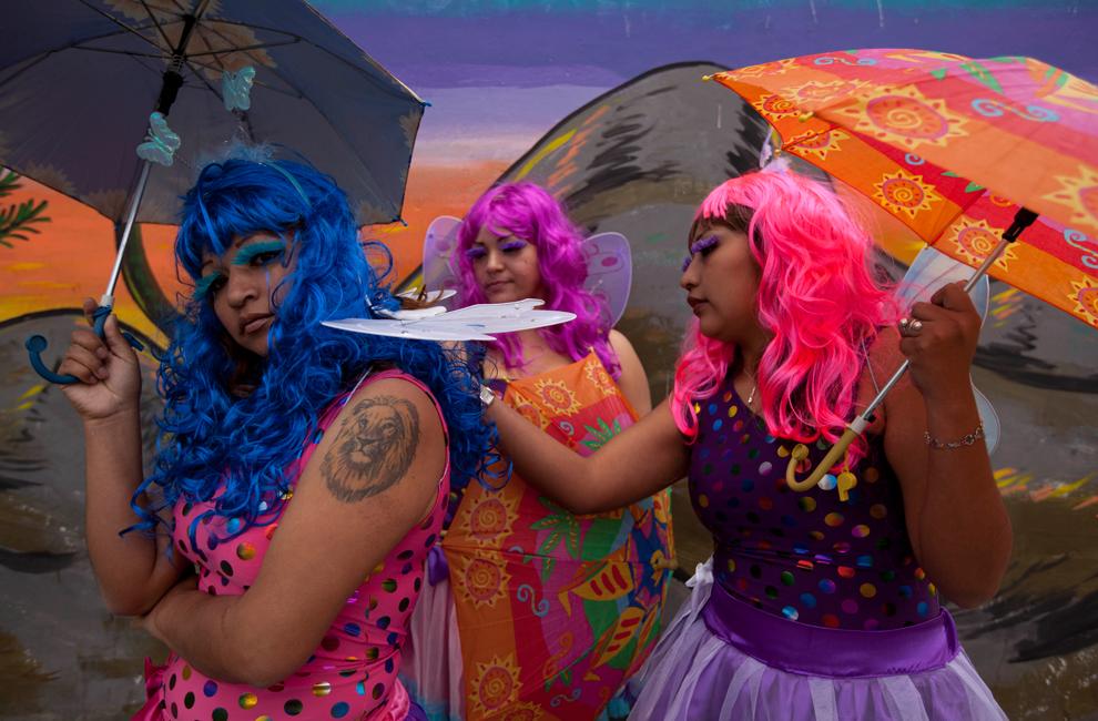 Γυναίκες ντυμένες πεταλούδες, ετοιμάζονται να πάνε σε γιορτή στη Λίμα του Περού