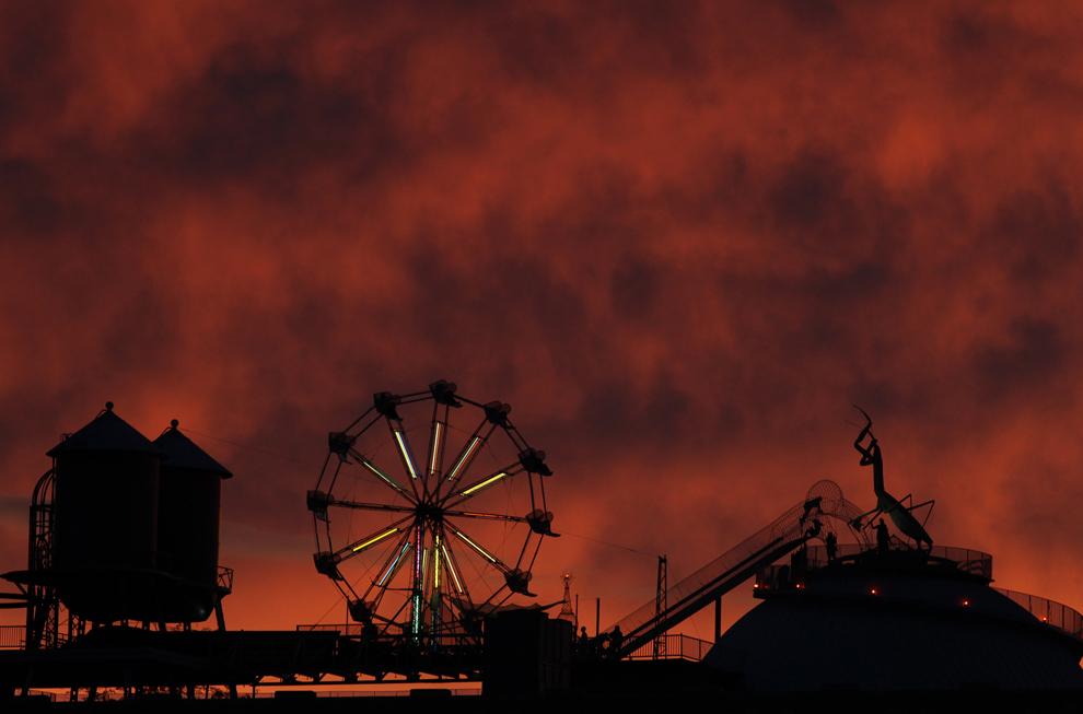 Η οροφή του το Μουσείο της Πόλης καθρεπτίζεται σ ένα πολύχρωμο ηλιοβασίλεμα στο Σεντ Λούις