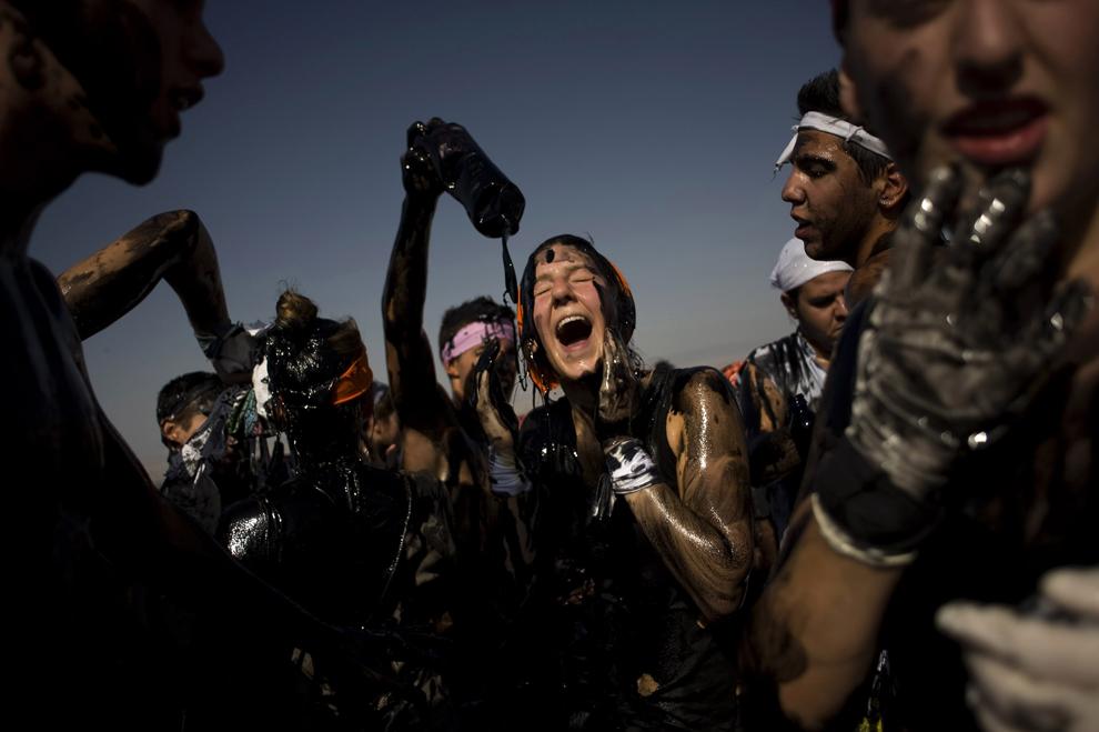 Ισπανοί καλύπτονται με μαύρο γράσο για να  γιορτάσουν στα παραδοσιακά πανηγύρια των Cascamorras, στη Baza της Ισπανίας
