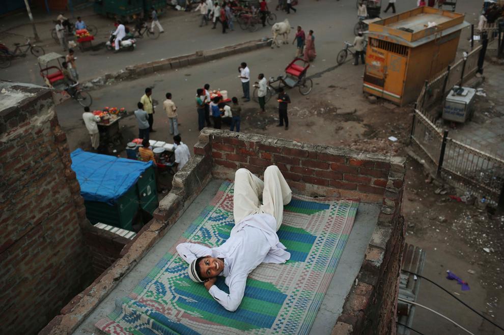 Νεαρός στην ταράτσα ενός τζαμιού πριν από την βραδινή προσευχή  στο Νέο Δελχί, Ινδία