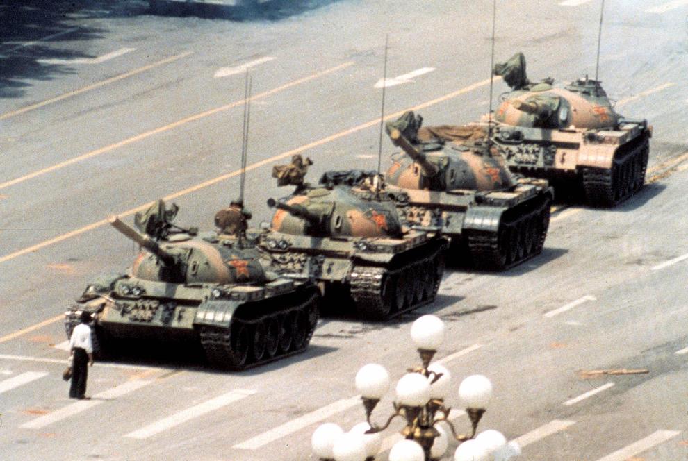 Νύχτα της 4ης Ιουνίου 1989: Ο στρατός επενέβη και έπνιξε την ειρηνική εξέγερση των φοιτητών. Με σφαγή στην πλατεία Τιενανμέν τελείωσε η «άνοιξη της Κίνας». Η εξέγερση των φοιτητών είχε ξεκινήσει έναν μήνα πριν εκεί και, στη συνέχεια, εξαπλώθηκε σε πολλές μεγάλες πόλες της Κίνας. Τι ζητούσαν οι Κινέζοι φοιτητές με αυτή την -απολύτως ειρηνική, ξαναλέω- εξέγερση; Στοιχειώδεις πολιτικές ελευθερίες. Μια συγκλονιστική φωτογραφία που έκανε τον γύρο του κόσμου έγινε το σύμβολο της αντίστασης και της τραγωδίας στην πλατεία Τιενανμέν: ένας νέος Κινέζος προτάσσει το σώμα του, επιχειρώντας έτσι να σταματήσει μια φάλαγγα έξι αρμάτων.