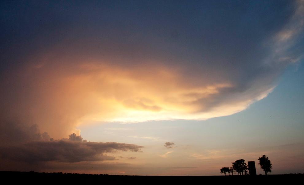 Μια καταιγίδα κινείται πάνω από τα δέντρα και ένα σιλό σε ένα αγρόκτημα κοντά στο Wichita, Kan