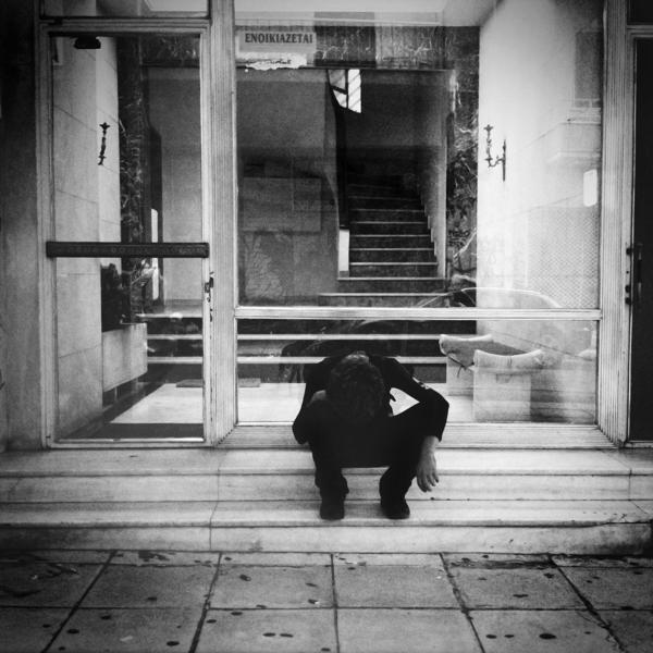 Εξάρχεια: Νεαρός χρήστης ναρκωτικών μπροστά σε είσοδο πολυκατοικίας.