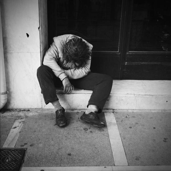 Άστεγος χρήστης ναρκωτικών στην οδό Ερμού.