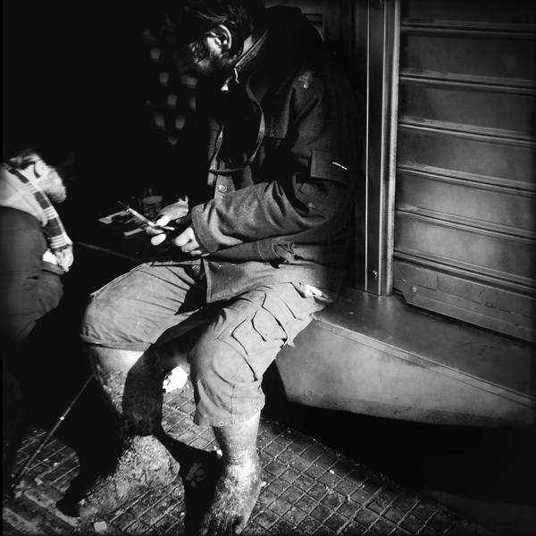 Η χρήση ναρκωτικών έχει γίνει απροκάλυπτη μεταξύ των αστέγων, ειδικά γύρω από την πλατεία Ομονοίας.
