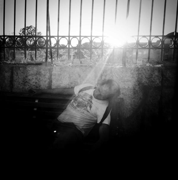 Τοξικομανής κοιμάται σε ένα παγκάκι, έξω από τη Ρωμαϊκή Αγορά.