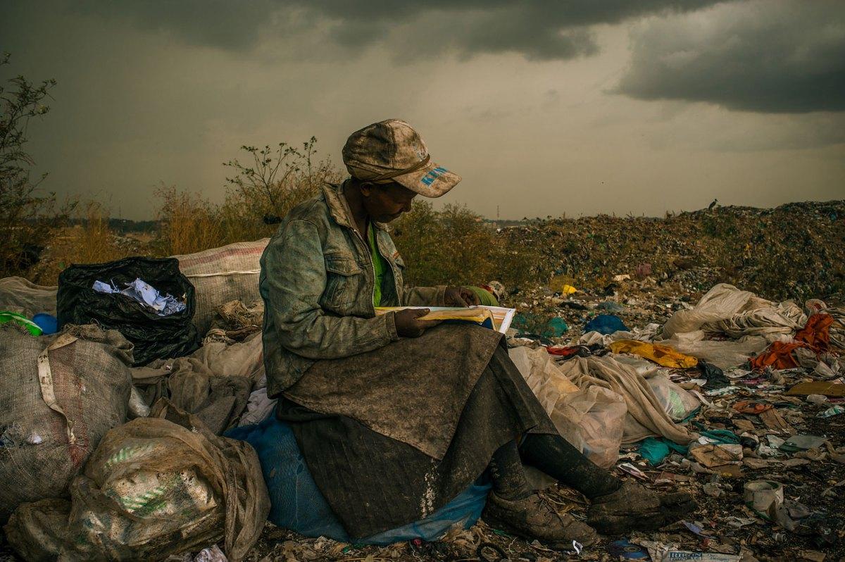 1ο Βραβείο Σύγχρονα Θέματα (Micah Albert, ΗΠΑ). 3 Απρ 2012, Ναϊρόμπι, Κένυα. Μια γυναίκα που εργάζεται ως συλλέκτης απορριμμάτων σε χωματερή, θα ήθελε να είχε περισσότερο χρόνο για να διαβάσει τα βιβλία που βρίσκει ανάμεσα στα σκουπίδια.