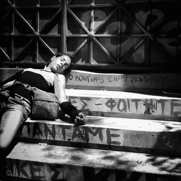 Νεαρή τοξικομανής στην  είσοδο του Εθνικού Μετσόβιου Πολυτεχνείου, στα Εξάρχεια.