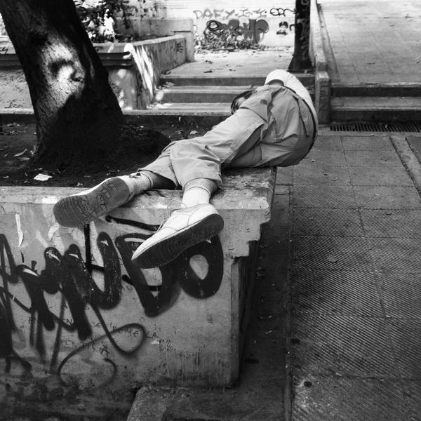 Τοξικομανής κοιμάται στα Εξάρχεια.