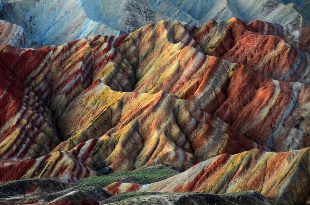 Πρόκειται για ένα μοναδικό γεωλογικό φαινόμενο, γνωστό και ως «Danxia landform». Danxia σημαίνει «ρόδινο σύννεφο» και είναι ένας σχηματισμός που δημιουργείται από κόκκινο ψαμμίτη που έχει διαβρωθεί με την πάροδο του χρόνου, σε μια σειρά από βουνά που περιβάλλονται από απότομους βράχους και ασυνήθιστους βραχώδεις σχηματισμούς. βρίσκεται στο χωριό Nantaizi, στην επαρχία Gansu της Κίνας.
