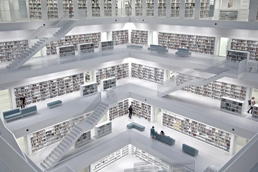 Η σύγχρονη δημοτική βιβλιοθήκη της Στουτγάρδης.Ένας πανέμορφος χώρος με μοντέρνο σχεδιασμό για τους λάτρεις του βιβλίου και όχι μόνο  έχει σχεδιαστεί και επιμεληθεί από τον Eun Young Yi. Τα απαλά χρώματα και οι λιτές γραμμες πρωταγωνιστούν στο εσωτερικό της βιβλιοθήκης. Το εξωτερικό της βιβλιοθήκης μοιάζει με τον κύβο του Ρούμπικ, σύνθετα σχέδια και διχρωμία σε μια εντυπωσιακή βιβλιοθήκη παράδειγμα προς μίμηση για όλες τις δημοτικές βιβλιοθήκες!