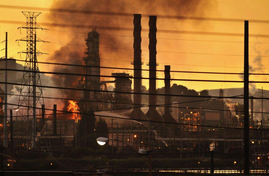 Πυρκαγιά που ξέσπασε στο διυλιστήριο πετρελαίου Chevron στην Καλιφόρνια, στις 6 Αυγούστου του 2012.