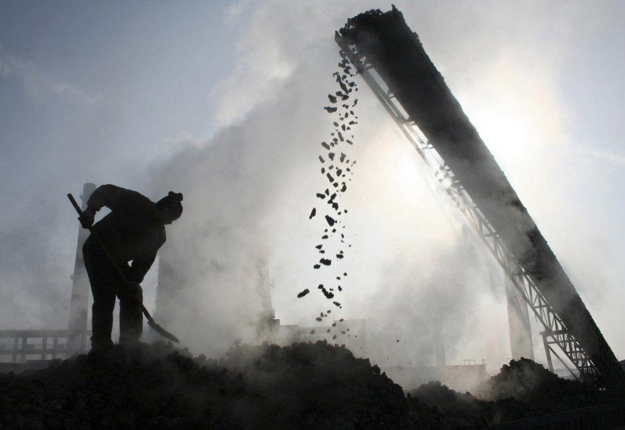 Ένας εργάτης δουλεύει σε εργοστάσιο άνθρακα στην Κίνα.
