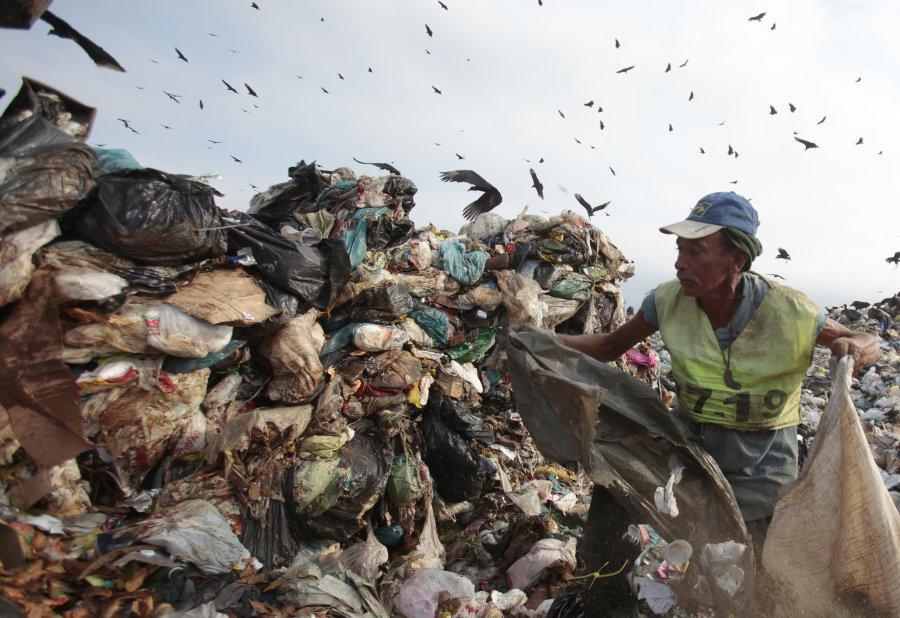 Συλλογή ανακυκλώσιμων υλικών στο μεγαλύτερο ΧΥΤΑ της Λατινικής Αμερικής. Η χωματερή έκλεισε το Μάιο του 2012, πριν από τη σύνοδο κορυφής του Ρίο για την αειφόρο ανάπτυξη.