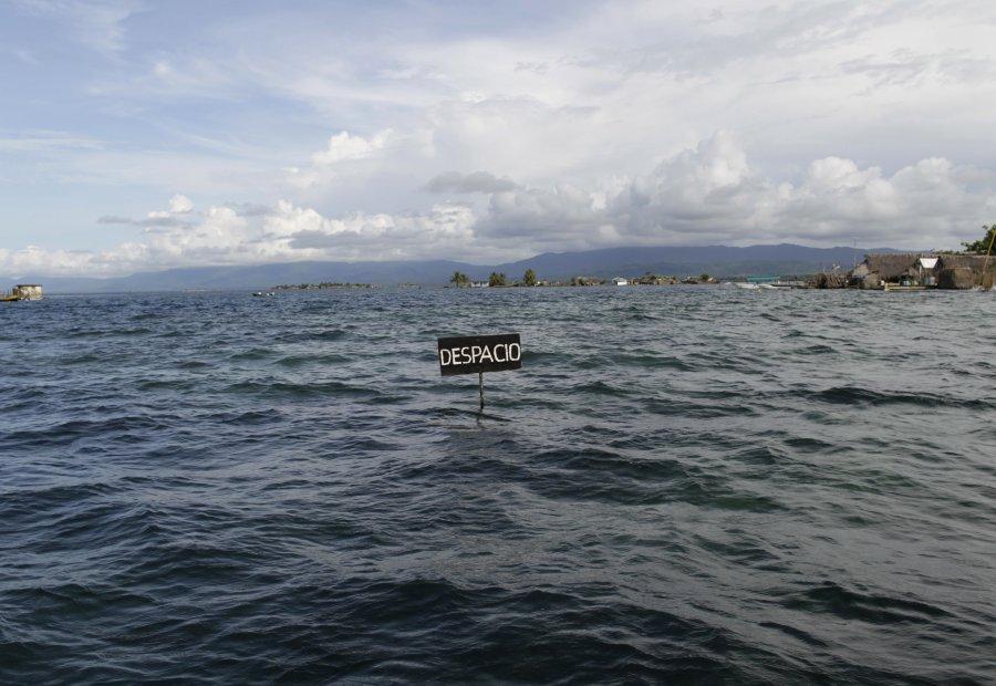 Μια πινακίδα μεταξύ νησιών του Παναμά τον Σεπτέμβριο του 2012. Η άνοδος της στάθμης των ωκεανών που προκαλείται από την υπερθέρμανση του πλανήτη και η επί δεκαετίες καταστροφή των κοραλλιογενών υφάλων, συνδυαζόμενων με τις  εποχιακές βροχές βύθισαν για μέρες νησιά της Καραϊβικής. Οι κάτοικοι αναγκάστηκαν να εγκαταλείψουν την περιοχή.