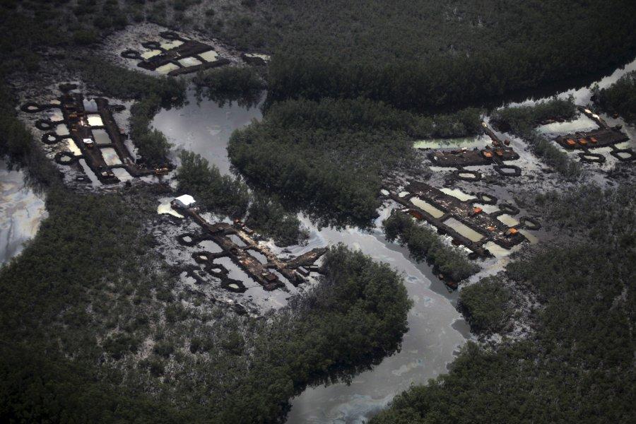 Παράνομο διυλιστήριο πετρελαίου δίπλα σ' ένα ρυάκι στην περιοχή του Δέλτα της Νιγηρίας. Η Νιγηρία είναι ο μεγαλύτερος εξαγωγέας αργού πετρελαίου της Αφρικής.