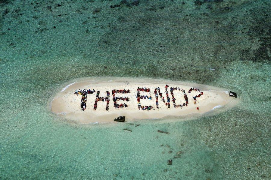 Εκατοντάδες άνθρωποι συγκεντρώθηκαν στις 13 Νοεμβρίου 2010 σε νησί ανοικτά των ακτών Μπελίζ στην Κεντρική Αμερική, για να σχηματίσουν ένα μήνυμα που εφιστά την προσοχή μας για την υποβάθμιση του περιβάλλοντος και τονίζει την ανάγκη να προστατεύσουμε τον πλανήτη μας.