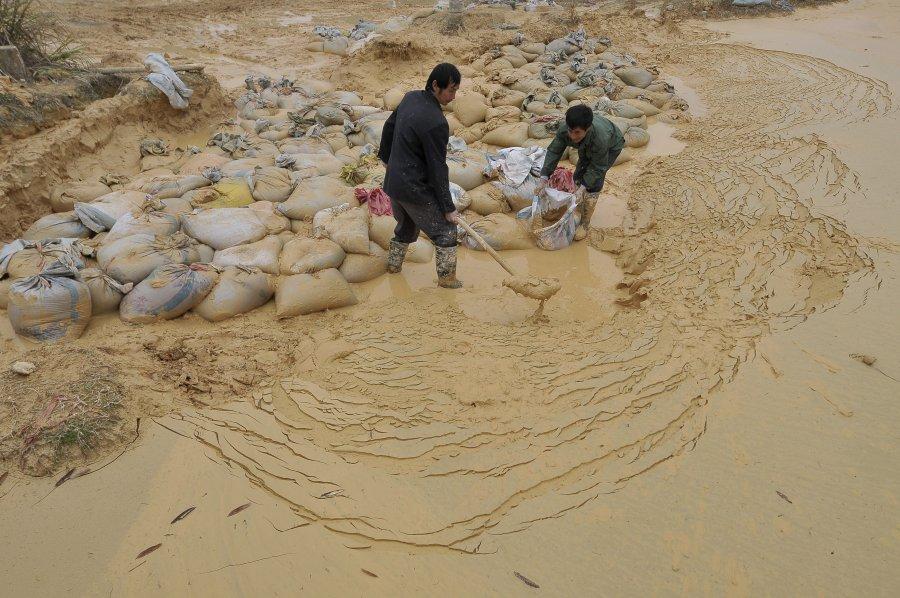 Εργάτες σε ορυχείο σπάνιων μετάλων στην Κίνα.