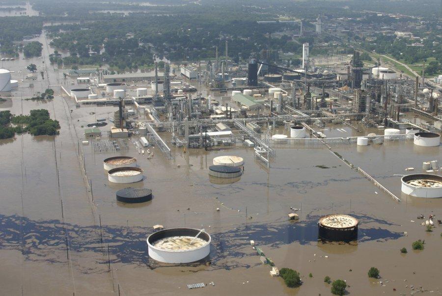 Στις 2 Ιουλίου 2007, μεγάλες πλημμύρες προκάλεσαν  σημαντική διαρροή πετρελαίου από διυλιστήριο στο νοτιοανατολική Κάνσας.