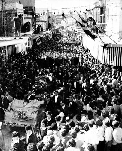 1957, Στιγμιότυπο από την κηδεία του Νίκου Καζαντζάκη στο Ηράκλειο.