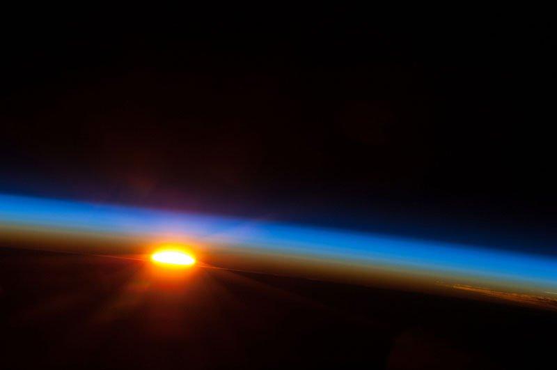 Ανατολή ηλίου από το διάστημα.Φωτογραφία από το Expedition 35 της NASA Η φωτογραφία βγήκε 5 Μαΐου 2013.