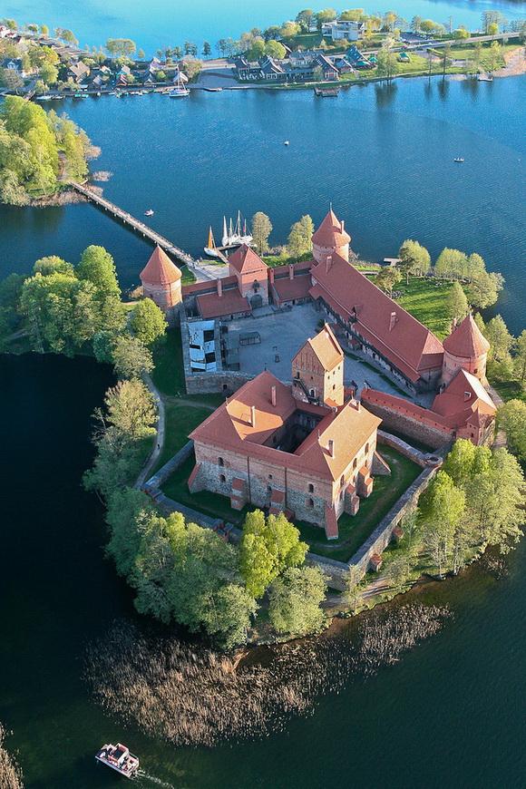071_Trakai Island Castle on Lake Galve, Lithuania