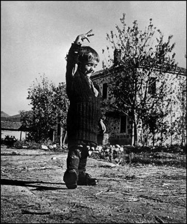 """""""Όταν είδα αυτή τη  φωτογραφία του 1947  το πρώτο που σκέφτηκα είναι ότι το κοριτσάκι  έχει στα χέρια του όλη του ζωή και είναι ευτυχισμένο.  Το κοριτσάκι βρέθηκε από την αποστολή της Unicef,  στο χωριό Οχιά Λακωνίας,  κατά την περίοδο του εμφυλίου.  Εκείνη και η γιαγιά της ήταν οι μόνοι κάτοικοι  του χωριού που επέζησαν.  Οταν πήρε τα μεγάλα αγορίστικα παπούτσια  που βρέθηκαν πανηγύριζε για ώρες.  Το όνομά της μικρής, Ελευθερία."""""""